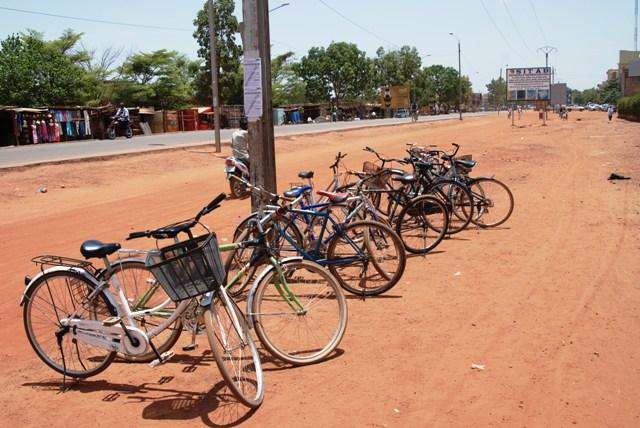 Des candidats préfèrent poser leurs vélos là afin d'économiser le prix du parking (Ph : B24)