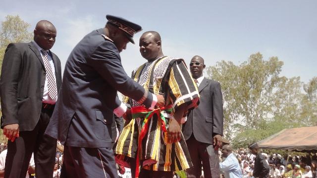 Le Haut-commissaire passant l'écharpe au nouveau maire (Ph : B24)