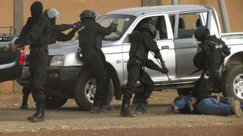 Simulation d'une équipe de l'unité d'élite antiterroriste de la Police nationale (Ph : Lefaso.net)