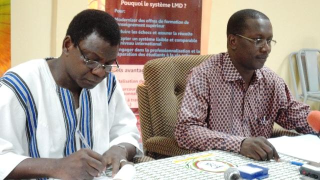 Le Directeur de l'Office du BAC, Constant Sawadogo (g.) et le DG de l'OCECOS, Richard Guillaume Toni (Ph : B24)