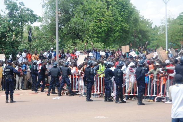 La barrière établie pas les forces de sécurité a été rompue par les manifestants (Ph : B24)