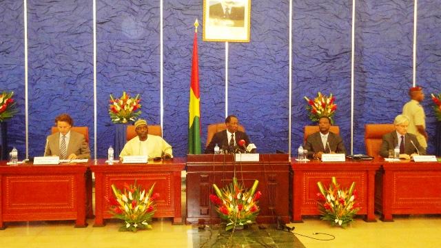 Le médiateur de la CEDEAO, Blaise Compaoré, entouré des autres membres du pool de la médiation (Ph : B24)