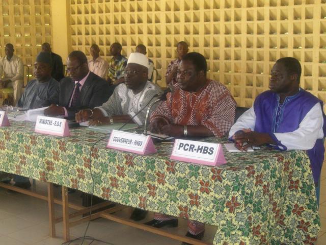 Les membres du gouvernement face aux forces vives de Bobo. Le ministre Moussa Ouattara (Ph :B24)