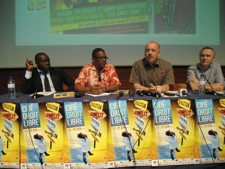 Abdoulaye Diallo (2e à partir de la g.) et  Gideon Vink (à sa gauche) ont été les principaux conférenciers du jour (Ph. B 24)
