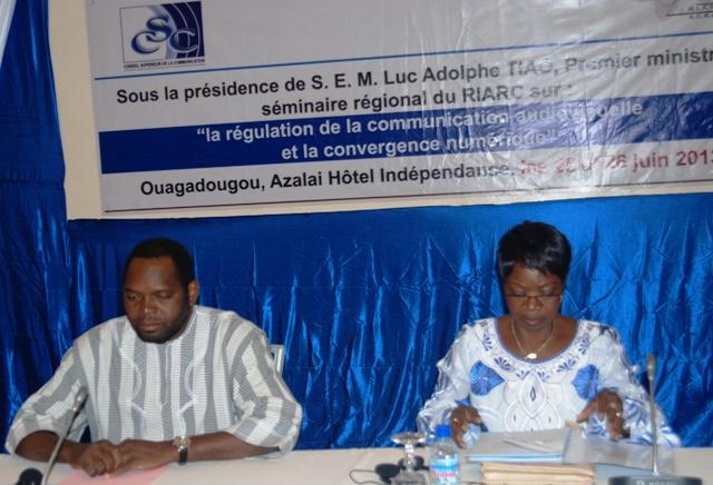 Béatrice Damiba, présidente du CSC et le ministre d'État burkinabè, B. Arsène Yé à l'ouverture du séminaire. Ph. B24