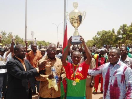 Hamidou Yameogo brandit son trophée © Burkina 24