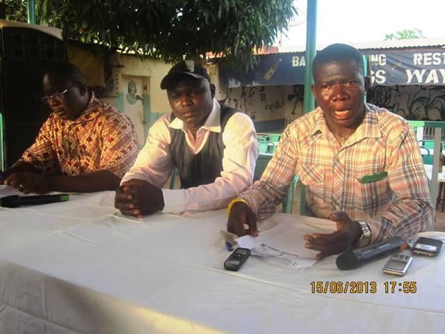 Jacquy Meda entouré de deux journalistes lors du point de presse. Ph.B24