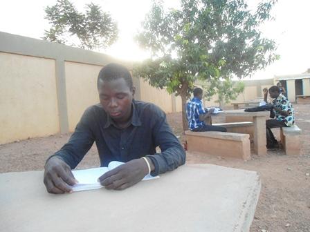 Le candidat Inoussa Nacoulma fait ses dernières révisions (Ph. B 24)