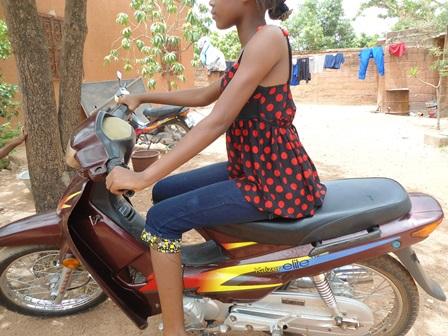 A Ouaga, les filles sont classes sur leurs motos (Ph. B 24)