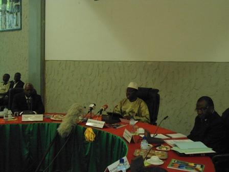 Le présidium lors de la session d'ouverture (Ph. B 24)