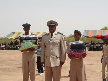 Mégane Consolatrice Waré de la 4e B (17,96/20) et W. Mohamed Traoré de la Tle D (16,43), meilleurs élèves du PMK, ont posé avec le Gal Nabéré Honoré Traoré (Ph. B 24)