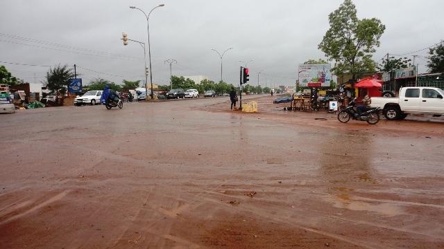 Dès 12h, ce jeudi, une fine pluie s'abattait sur Ouaga, malgré la présence des ossements (Ph : B24)