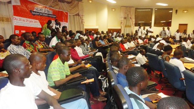 Les étudiants, chercheurs et enseignants étaient nombreux à cette ouverture du débat économique (Ph : B24)