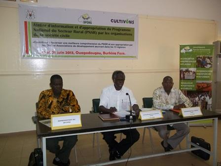 Le présidium lors du lancement des travaux de l'atelier dont Alfred Sawadogo (milieu) (Ph. B 24)