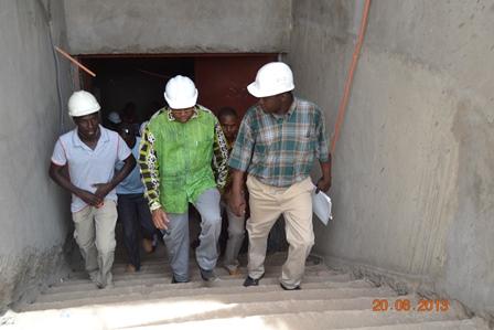 Le ministre Yacouba Traoré (milieu) et sa délégation ont  constaté de visu l'état d'avancement des constructions à la Zaca (Ph. DCPM MHU)