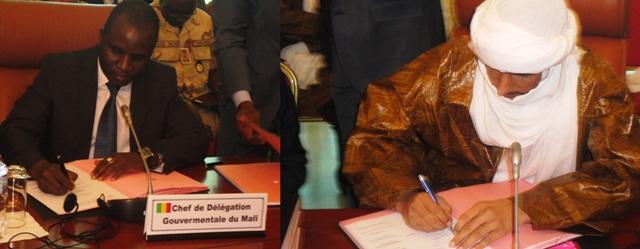 Moussa Sinko Coulibaly du gouvernement malien et Bilal Ag Cherif du MNLA (d.) signant l'accord (Ph : B24)