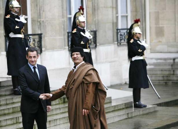 Nicolas Sarkozy et Mouammar Kadhafi, le 10 décembre 2007  à l'Elysée. JOBARD/SIPA
