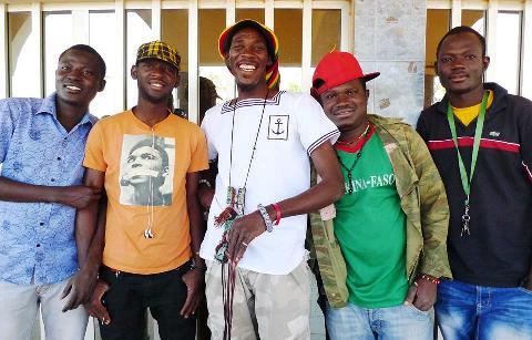 """Sana Bob (milieu) et """"Beog Yinga Band"""" : de g. à d. Elie, Oussou, Amidou le Doux, Elisée."""