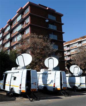 Les véhicules des médias devant l'hôpital où est hospitalisé le président sud-africain (Ph : News24)