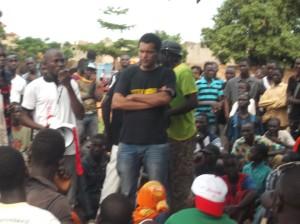 Sam'S K et Smockey(arrêtés au milieu), lors de la rencontre avec les jeunes. Ph.B24