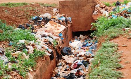 Un tas de déchets plastiques bouchant un caniveau dans un quartier de Ouaga. Ph.B24