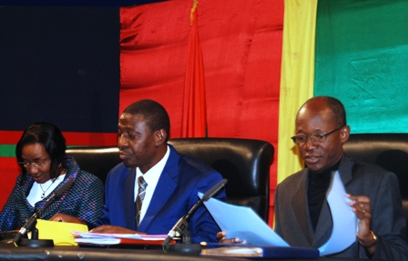 Le ministre Salif Ouédraogo (droite) au point de presse du gouvernement ce jeudi 11 juillet 2013. Ph.B24