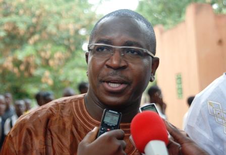 Me Guy Hervé Kam, Secrétaire Exécutif du Centre pour l'éthique judiciaire à la sortie du tribunal ce vendredi 12 juillet 2013. Ph.B24