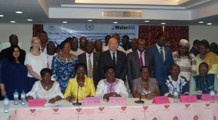 Photo de famille des parlementaires membres du réseau, avec les partenaires. Ph.B24