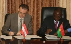La signature des documents par le ministre de l'Economie et des Finances Lucien M. N. Bembamba (a. d.) et le Chef du Bureau de coordination de la coopération autrichienne,  Walter Ehmeir Photo.B