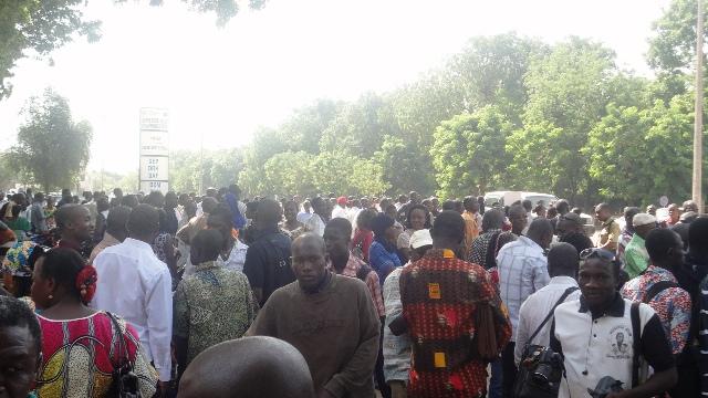 Les manifestants étaient nombreux devant le ministère de la communication ce lundi matin (Ph : B24)