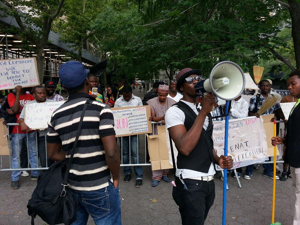 Les manifestants étaient munis de haut parleur et de balais (Ph : B24)