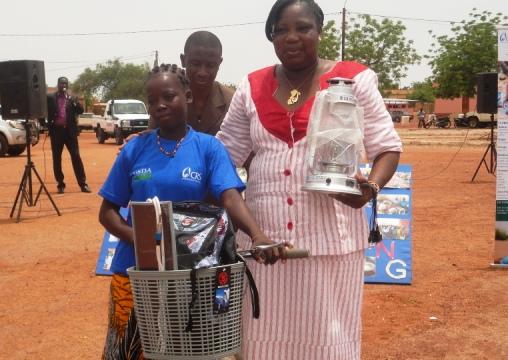 Avec un vélo et une lampe solaire, cette lauréate a de quoi poursuivre sur le chemin de l'excellence  (Ph : B24)