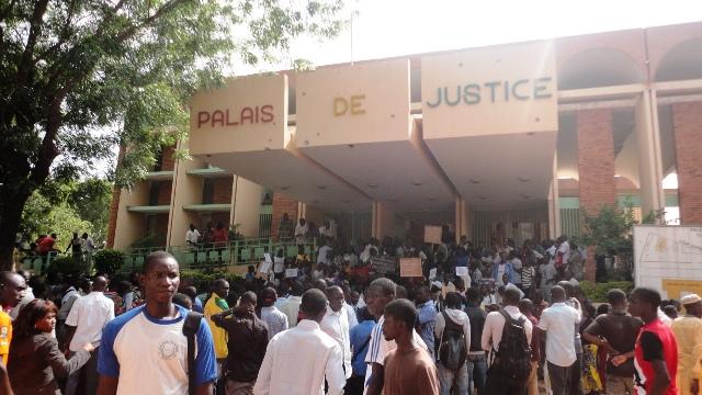 Les étudiants étaient présents le Palais de Justice pour soutenir leurs camarades (Ph : B24)