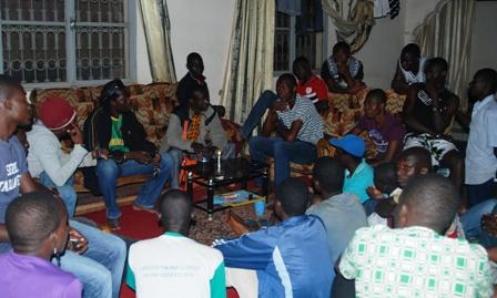 """La délégation de """"Balai Citoyen"""" discutant avec un groupe d'étudiants relogés © Burkina 24"""