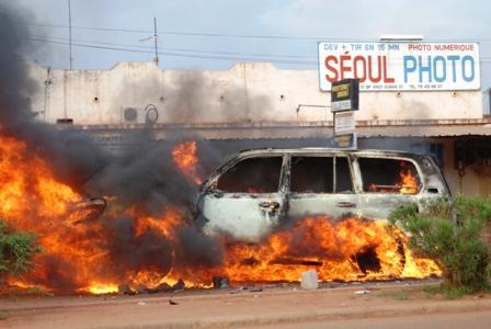 Un véhicule en feu sur l'avenue de l'entente. Ph.B24