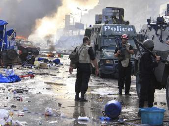 La police égyptienne procède à l'évacuation des pro-Morsi (Ph : RFI)