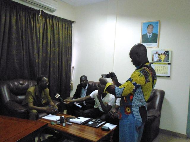 Les journalistes ont eu des échanges avec les autorités. Ici, le gouverneur de la région du Centre-Est (Ph : B24)