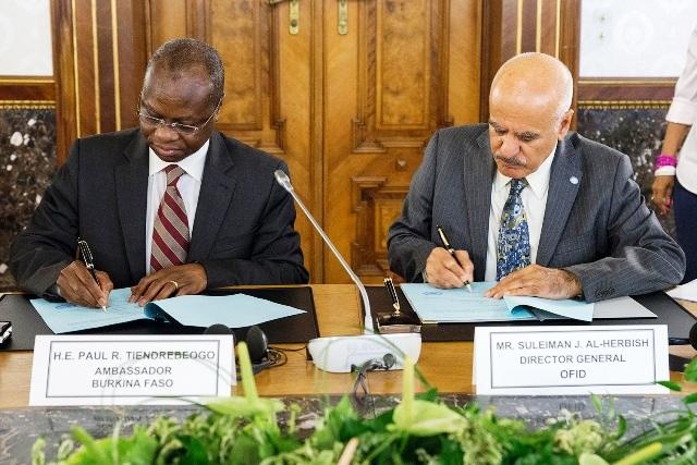 Les deux parties procédant à la signature  de l'accord de prêt (Ph : B24)