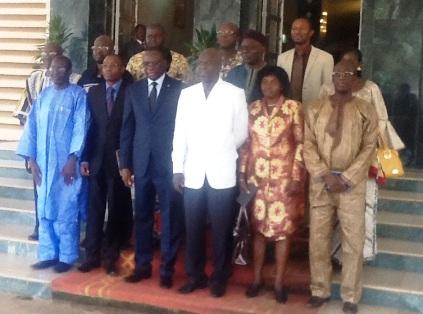 Le groupe de travail posant avec le premier ministre. Ph.B24