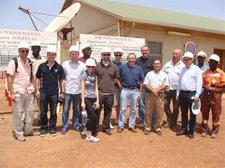 Une photo de famille des hommes d'affaires québécois visitant un infrastructure au Burkina en octobre 2012 (PH:Archive)