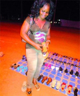 Une cliente essayant une chaussure qu'elle a acheté la nuit en rentrant (PH:DR)
