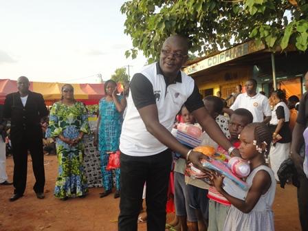 Le donateur Ali Ouédraogo remettant un lot de fourniture scolaire à une bénéficiaire (PH:B24)