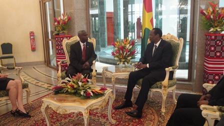 Salama Tulinabo Mushingi, ambassadeur des Etats-Unis auprès du Burkina Faso échangeant avec la haute autorité (PH:24)