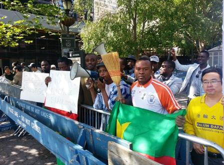 Des Cibals manifestent devant le siège des Nations-Unies.