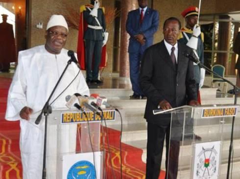 Les PRésidents Malien et Burkinabè s'adressant à la presse