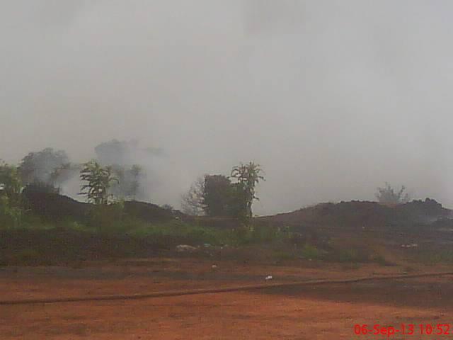 Une épaisse fumée s'élevait dans le ciel.Ph.B24