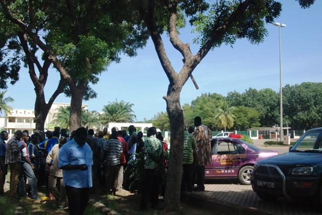 Les artisans ont attendu de 11h à 14h devant la RTB afin d'être reçu par le Premier ministre (Ph : B24)