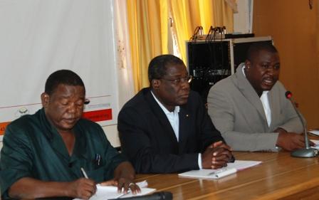 Sylvestre Tiemtoré, coordonnateur du SPONG (droite), le député Adama Traoré (centre) et le modérateur des échanges. Ph.B24