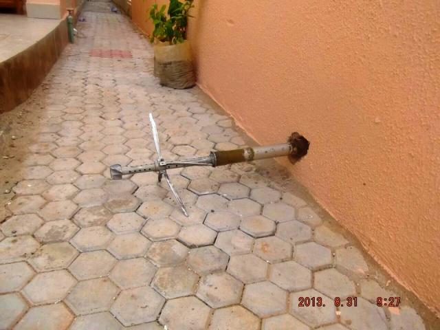La roquette a percuté le mur de ce riverain mais sans grand dommage (Ph : DR)