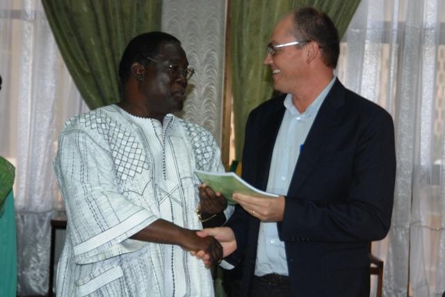 Le secrétaire exécutif du REN-LAC, Dr Claude Wetta (à g.), remettant officiellement le rapport 2012 au représentants des partenaires techniques et financiers (Ph : B24)